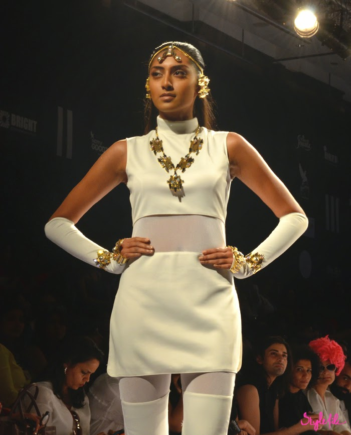 Lakme Fashion Week, LFW, Fashion Week, designer, model, handlets, head chain, necklace, accessories, jewellery, valliyan, nitya, indian, fusion
