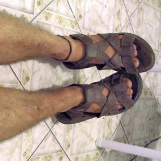 Homem usando sandálias masculinas Itapuã - Pés Masculinos - fetiche por pés de homem