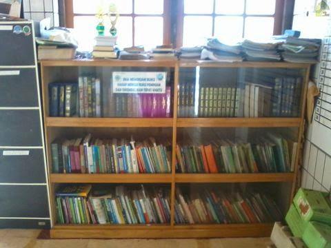 lemari buku perpustakaan