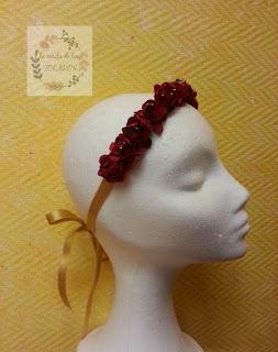 diadema a modo de cinta para atar en color rojo realizada con flores de papel con pistilos perlados en dorado