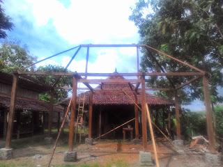 Dijual limasan full kayu  jati tebal soko guru 14 cm, luas 11x7 meter tinggi 3 meter, dijual komplit dengan sinom/emper 4 sisi, harga 95 juta. Cocok untuk pendopo dll.  SMS/WA : 08179442249 | PIN : 7D839780