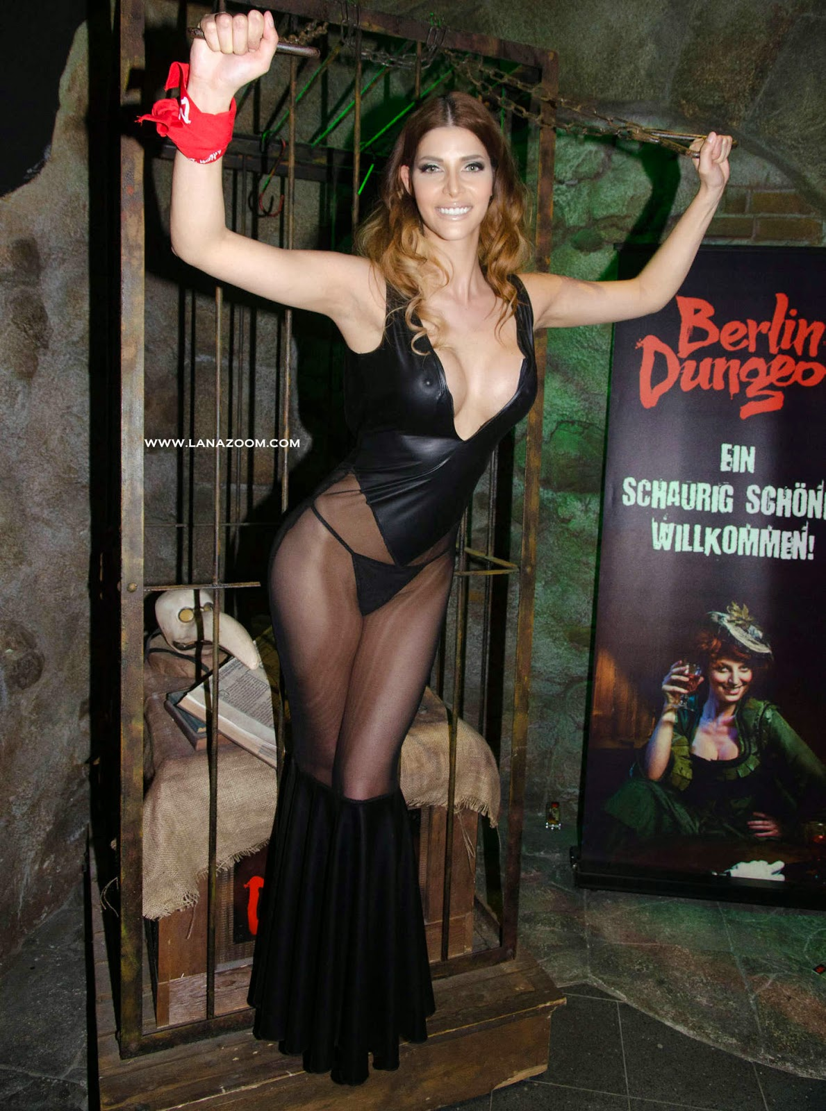 صور الممثلة الألمانية ميكايلا شايفر بثوب فاضح خلال حفل في برلين