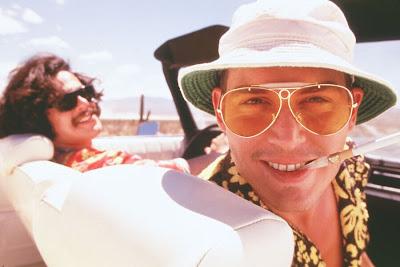 Escena de la película Muerte y Asco en Las Vegas donde salen Jhonny Depp y Benicio del Toro en un coche.