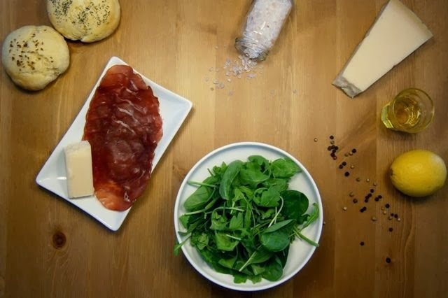 Σαλάτα με ρόκα, μπρεζάολα και παρμεζάνα Υλικά