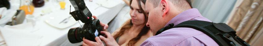 sekrety udanych zdjęć ślubnych, fotograf ślubny pokazuje zdjęcia klientce