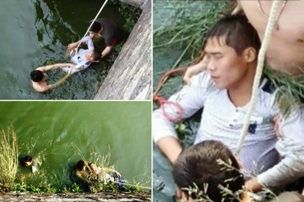 Kang diselamatkan beberapa orang dari dalam sungai