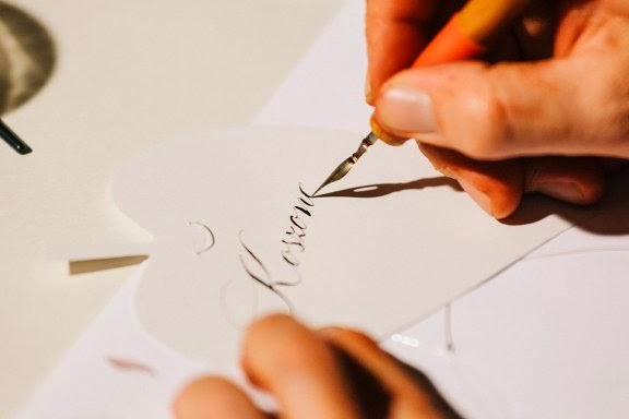 kalligráfia, szépírás, szép írás, kalligrafikus, kézírás, boríték, címke, meghívó, ültetőkártya, oklevél, kódex, esküvő, ballagás, születésnap, címzés, egyedi, vendégkönyv, étlap, napló, évforduló, menükártya, borcímke, köszöntő, köszönőlevél, caligrafie, caligraf