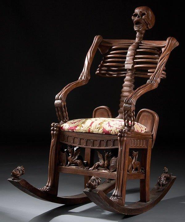 Gyngestol i udskåret træ, med skelet og kranium som 'memento mori'