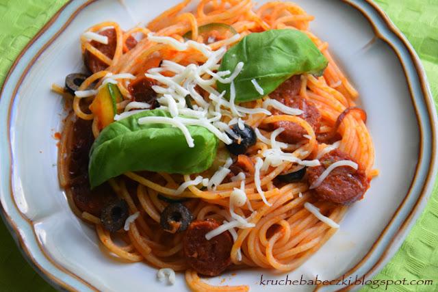 Spaghetti z sosem pomidorowym, chorizo, oliwką, cukinią i suszonym pomidorem