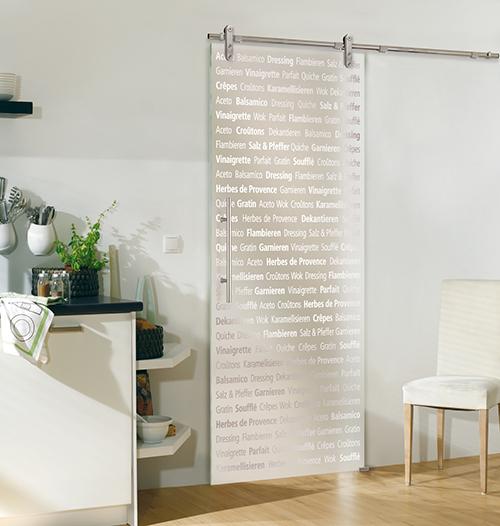 """La colección """"Culinaria"""" de puertas para cocinas y comedores darán un toque atrevido, a la par que adecuado, a tu casa. Las puertas tienen palabras muy fáciles de entender en cualquier idioma, como por ejemplo """"Souffle"""", """"Balsamico"""" o """"Herbs of Provence"""". El texto está grabado en la puerta, de forma que no irá desapareciendo con el tiempo."""