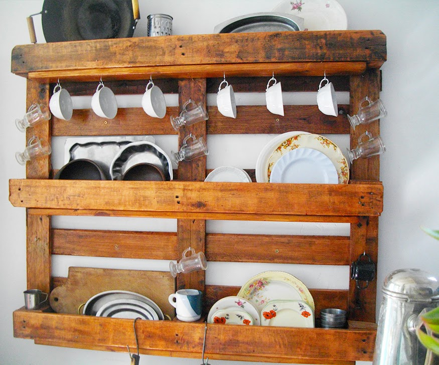 Mundo manuela reciclando un palet organizando la cocina for Muebles con tarimas para cocina