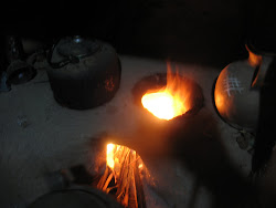 table de cuisson en terre et cailloux de sel