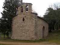 La façana de ponent amb un òcul ovalat i un campanar de cadireta de dos ulls