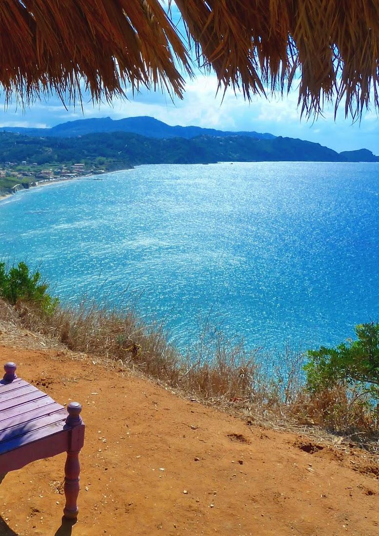 Blick von den Klippen auf die Bucht von Arillas (Nordwesten Korfu, Griechenland)