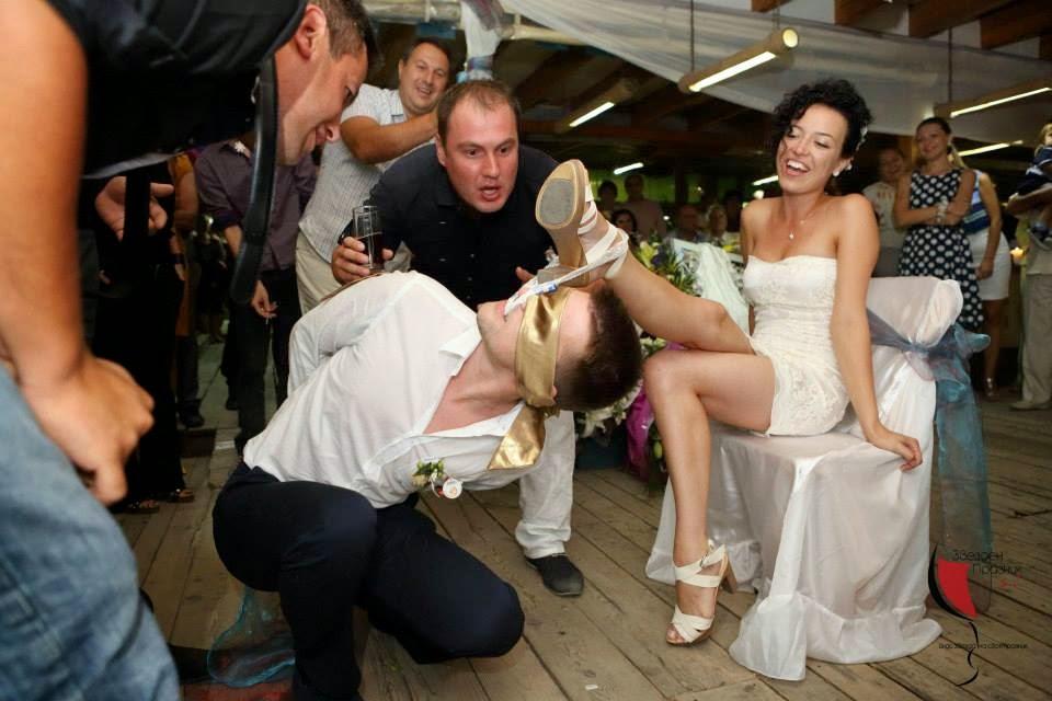 младоженец сваля жартиера на булката