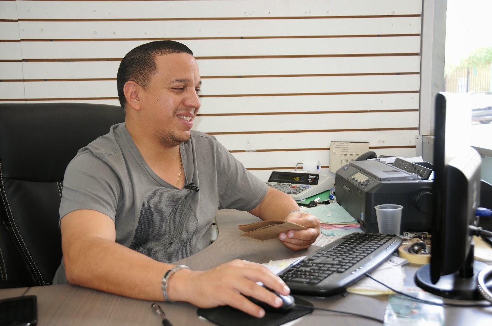 La ferretería de Fabio ha crecido con la construcción de escuelas en su provincia