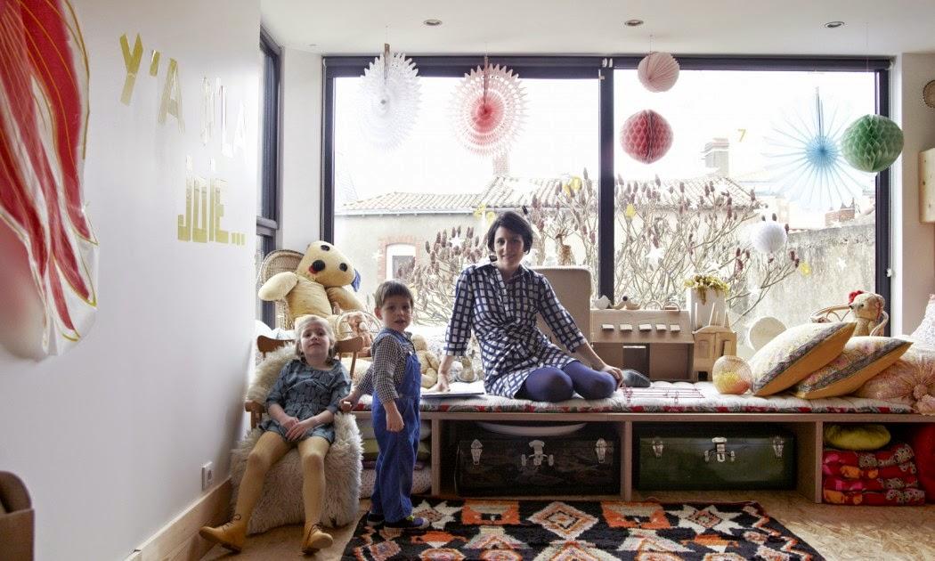 salle de jeux enfants banquette bois fait maison rangements en valises pompons, Anne Millet styliste sur the Socialite Family déco intérieur maison inspiration, The Socialite Family blog déco intérieurs de célébrités fahsion socialites stylistes designers