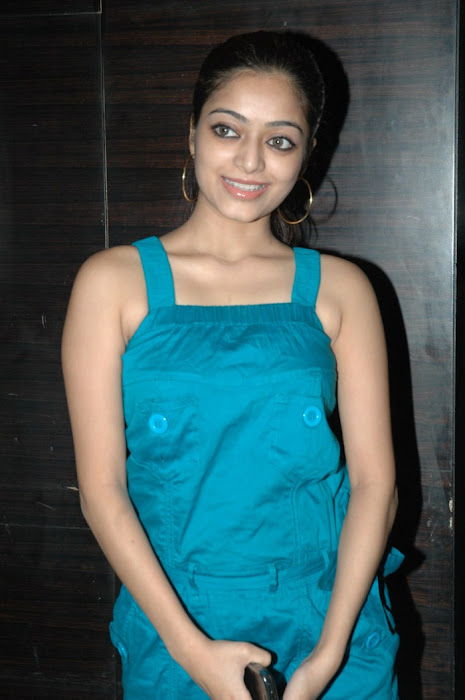 avan ivan movie janani iyer at deiva thirumagan premiere . actress pics