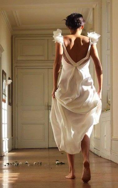 robe de mariée moderne au dos décolleté