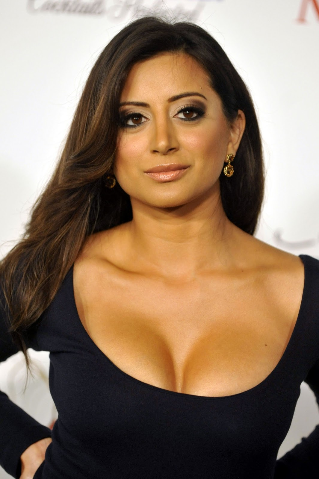 Amazonian Cleavages : Indian Actress Noureen DeWulf | NUDE