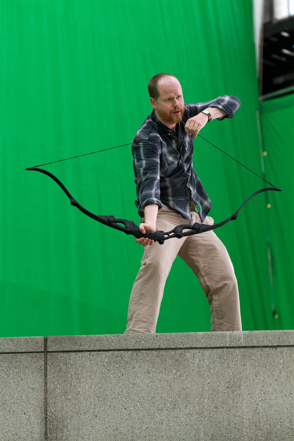http://3.bp.blogspot.com/-xKjdP4Y425c/UCP7mTWb__I/AAAAAAAAGrs/xj6zoqogDiE/s1600/joss-whedon-avengers-set-photo-hawkeye-bow.jpg