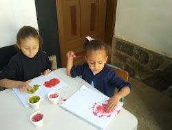 Realizamos mezclas con colores y sal y  los plasmamos en Artes Plasticas