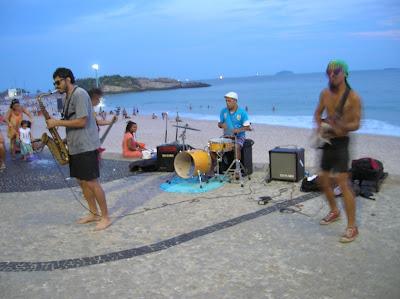 Actuación musical, playa Ipanema, Río, Brasil, La vuelta al mundo de Asun y Ricardo, round the world, mundoporlibre.com