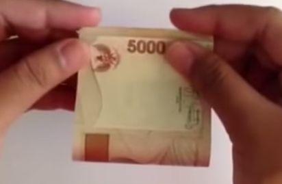 Gambar melipat uang menjadi bunga