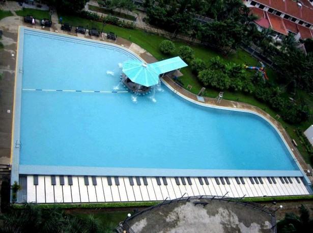 Garota entediada piscinas com formatos diferentes for Formas de piscinas