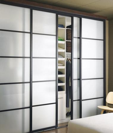 adems un propietario puede utilizar puertas correderas de armario con espejos para hacer que el interior de una habitacin parezca ms grande o crear