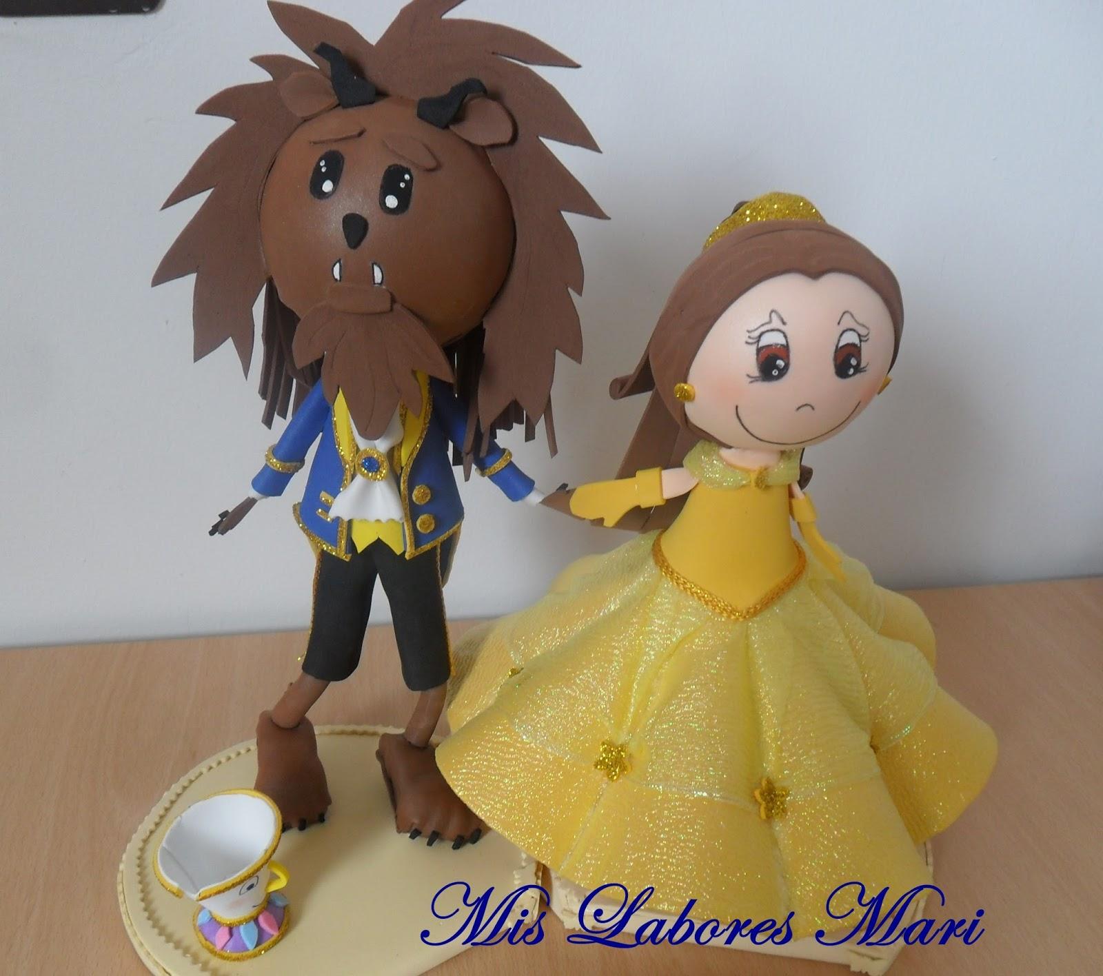 No podía faltar la pareja DisneyLa Bella y Bestia en Fofucho, acompañado  de la tazita. Todo hecho en tela, el traje de la Bella.