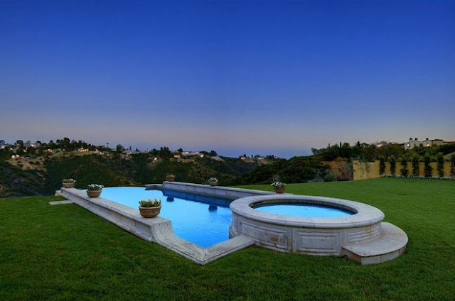 Picture of the swimming pool in the backyard
