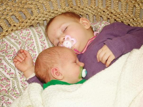Få dage gamle lillebror Falke og 1 år gamle storesøster Gaia