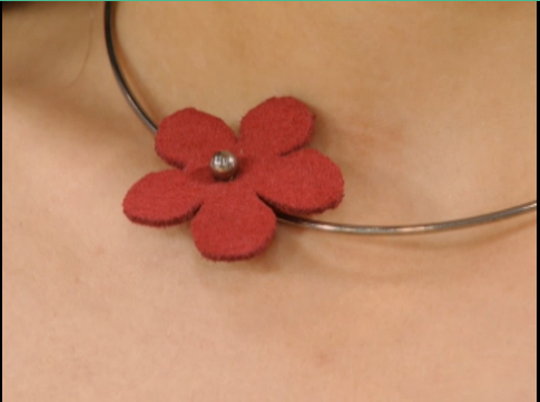 Colar e brincos de flor em couro