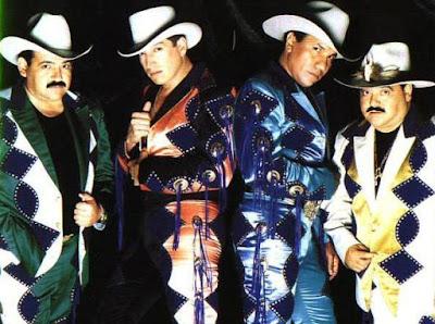 Grupo Bronco con traje colorido