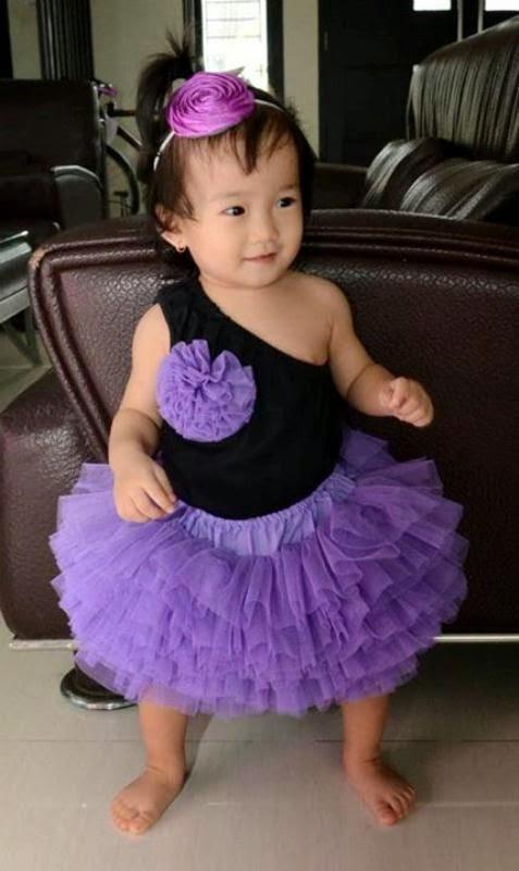 Foto bayi lucu pakai setelan tutu warna ungu