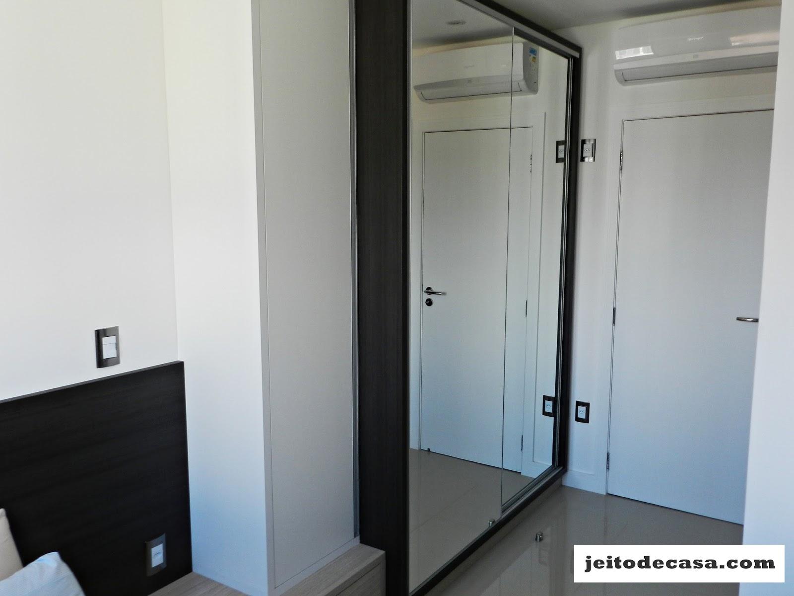 Armário com duas portas de correr espelhadas e uma terceiraporta em  #4C677F 1600x1200 Armario Banheiro Usado