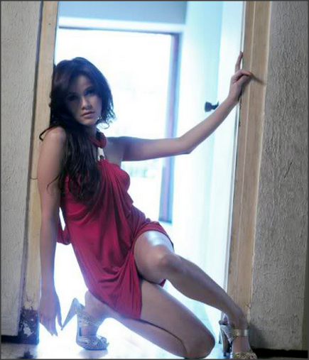 Foto Seksi Olla Ramlan memakai gaun merah