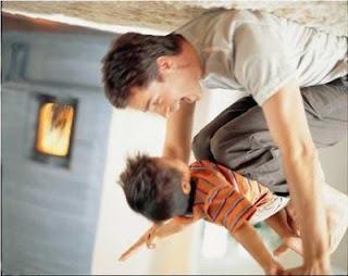 ayah menggendong anaknya