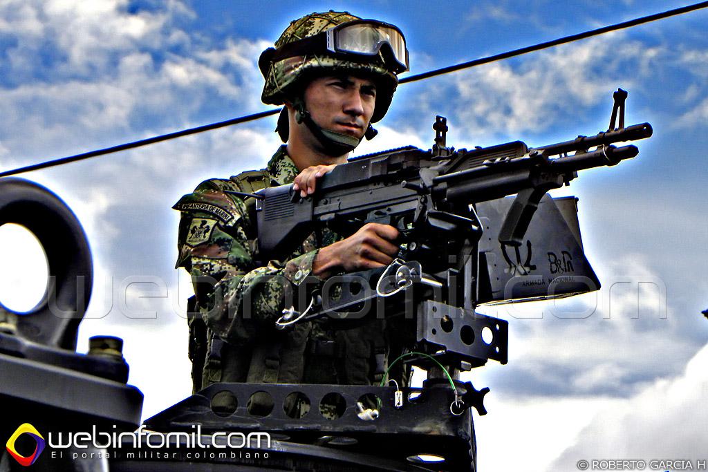 Un infante de marina colombiano operando una ametralladora M-60.