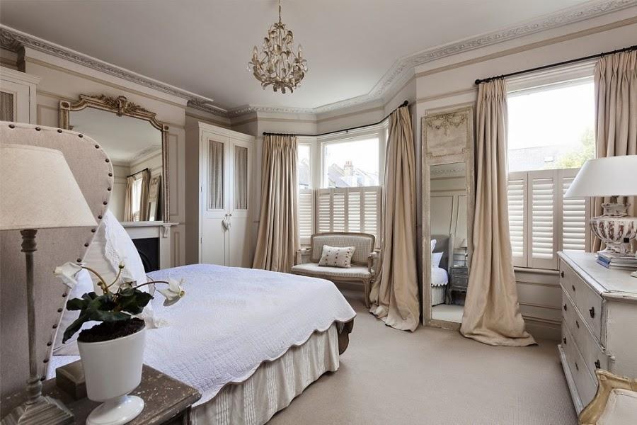 wnętrza, wystrój wnętrz, styl francuski, eleganckie, szary, beżowy, romantyczny, sypialnia, łóżko, długie zasłony, lustro