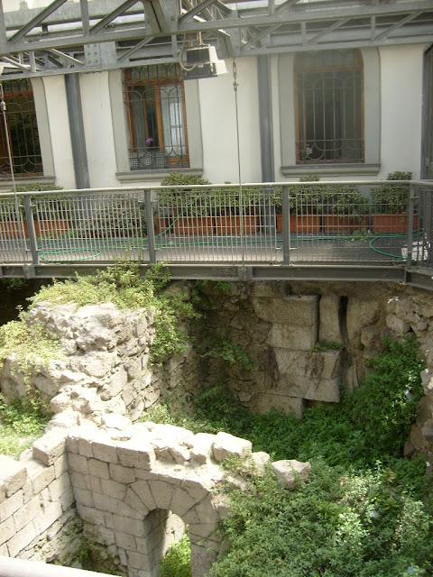 Breve tratto recintato di fianco alla chesa di Sant'Aniello a Caponapoli