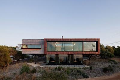 Fachada casa moderna de dos pisos en pendiente, zona rural
