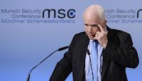 """McCain: """"Lo primero que hacen los dictadores es reprimir a la prensa"""""""