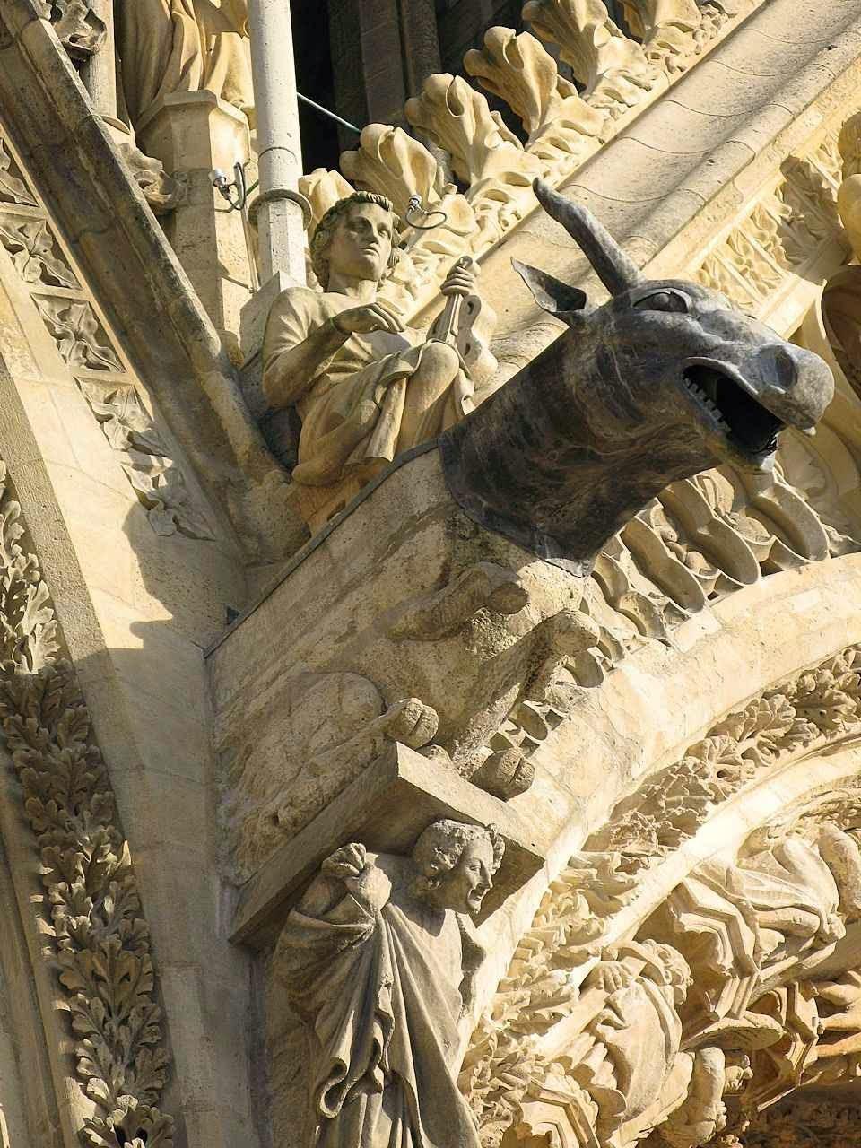 São Lucas Evangelista é representado pelo boi. Catedral de Reims, detalhe da fachada.