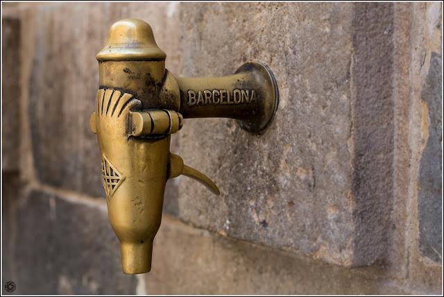 Barcelona: Grifo en la fuente delante de Santa María del Mar