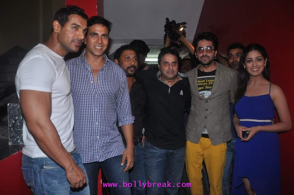Yami Gautam in blue dress -  Akshay Kumar with the cast of &#8216;Vicky Donor&#8217; at special screening