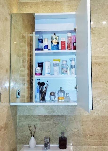 szafka na kosmetyki z lustrem