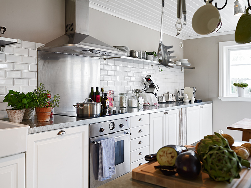 Darling swedish cottage by the sea see this house for Scandinavian kitchen backsplash