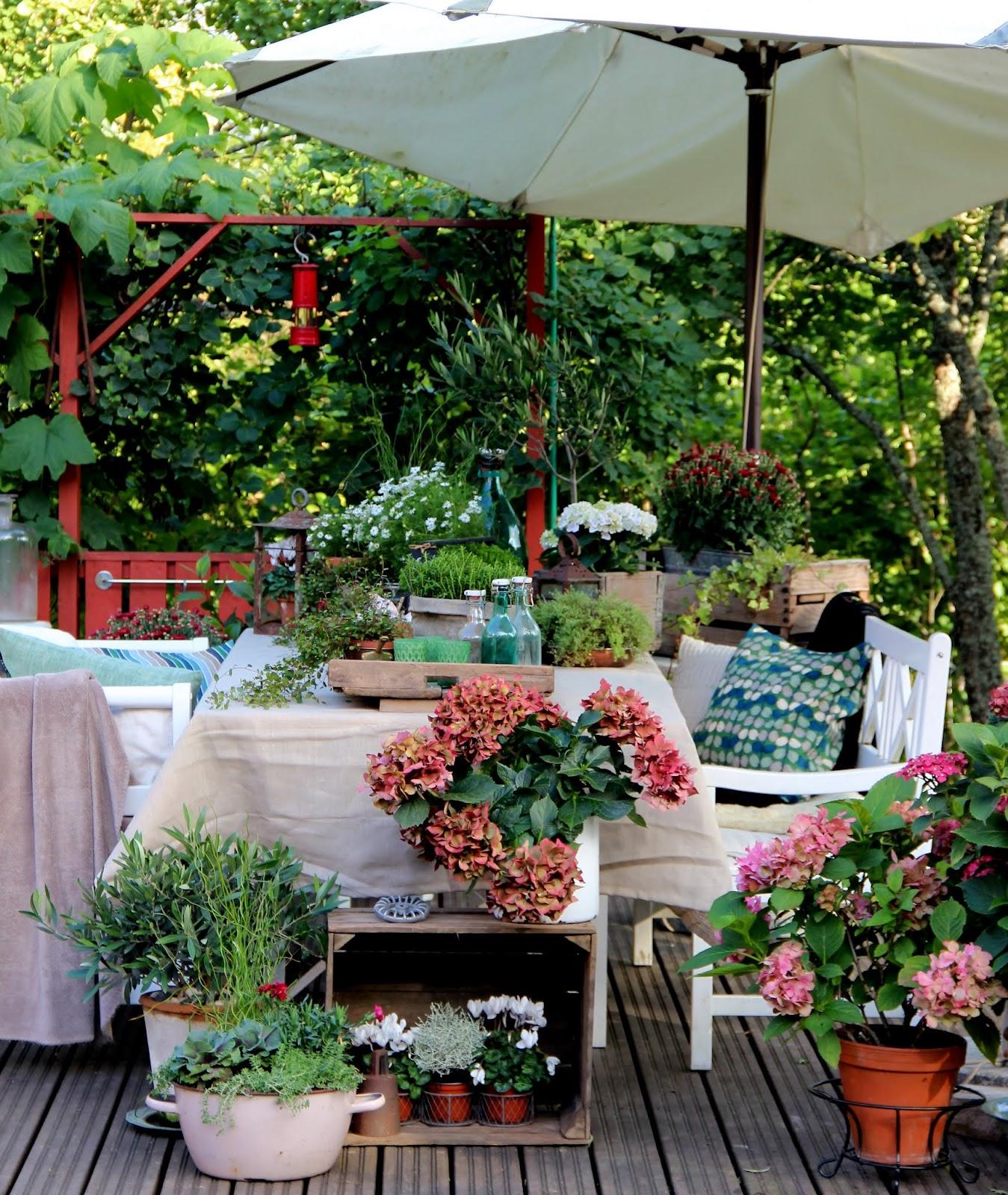 Vanhoista tavaroista kerätty syyssomistus puutarhassa